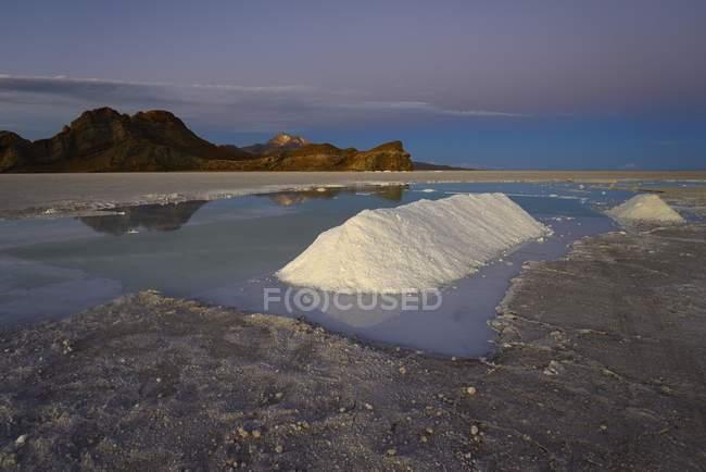 Salz Pfähle auf mine auf Salzsee in der Abenddämmerung, Salar de Uyuni, Uyuni, Potosi, Bolivien, Südamerika — Stockfoto