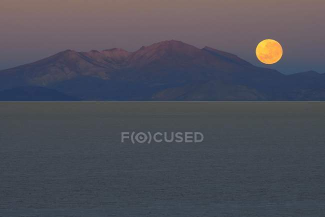 Vollmond-Einstellung in der Morgendämmerung am Salar de Uyuni, Uyuni, Potosi, Bolivien, Südamerika — Stockfoto