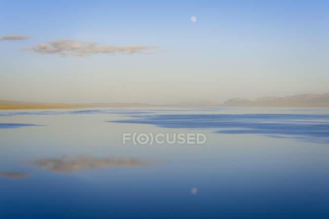 Salida de la luna sobre el lago de Kol de la canción, Naryn provincia, Kirguistán, Asia Central, Asia - foto de stock