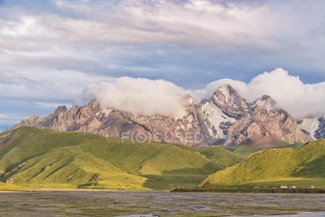 Fluss im Gebirge im Kurumduk-Tal, Kirgisistan, Asien — Stockfoto
