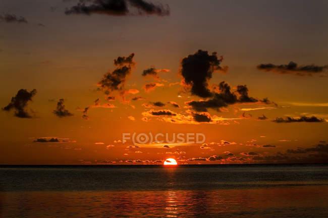 Vue panoramique du coucher du soleil à Sulawesi, en Indonésie, Asie — Photo de stock