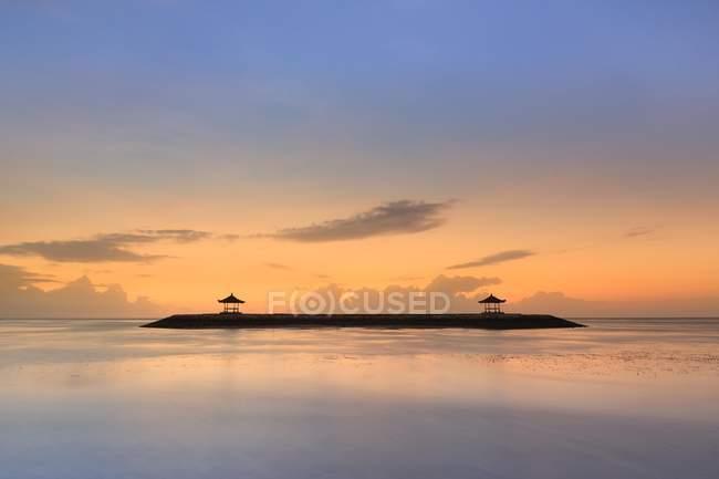 Vue panoramique sur la plage de Sanur au lever du soleil, Bali, Indonésie, Asie — Photo de stock