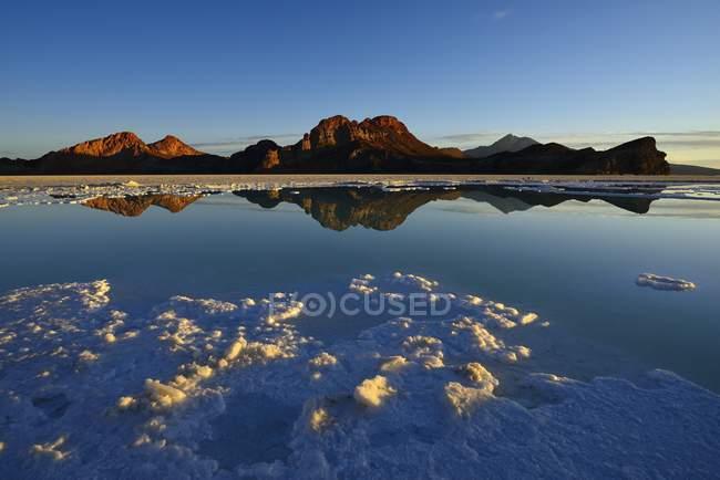 Costra de sal en barniz de sal del Salar de Uyuni, Uyuni, Potosí, Bolivia, Sur América - foto de stock
