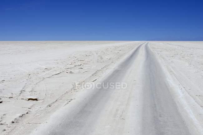 Fahrzeug verfolgt auf Salz See des Salar de Uyuni, Uyuni, Potosi, Bolivien, Südamerika — Stockfoto