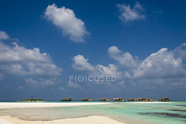 Песчаный пляж и водные бунгало на острове Парадайз, Мальдивы — стоковое фото