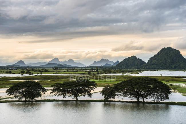 Tramonto sopra montagne carsiche con lago artificiale nel paesaggio, PA-an, Myanmar, Asia — Foto stock