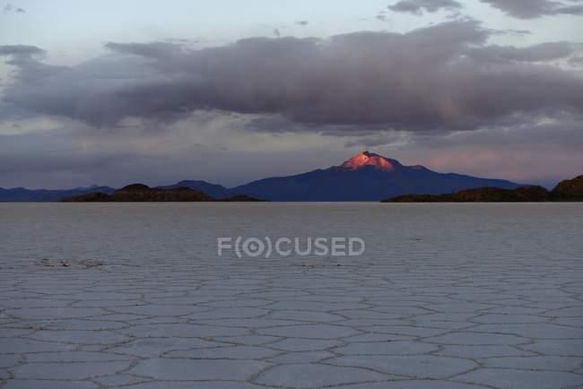 Salzsee mit Vulkan Cerro Tunupa im Abendlicht, Salar de Uyuni, Uyuni, Potosi, Bolivien, Südamerika — Stockfoto