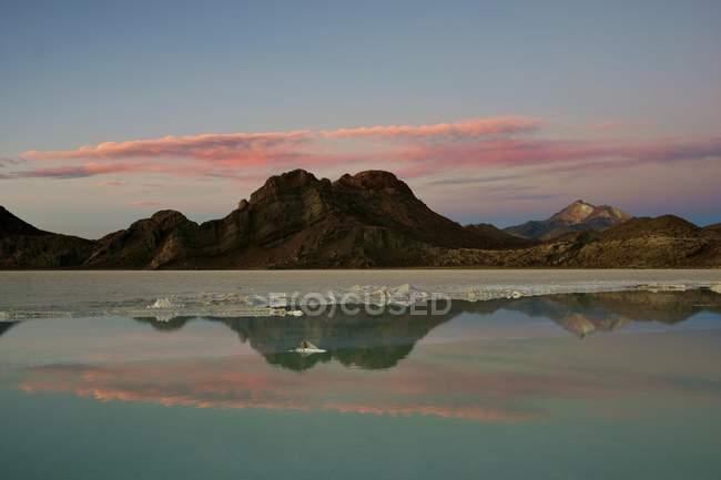 Reflexion im Salzsee in Abendstimmung mit Vulkan Cerro Tunupa am Salar de Uyuni, Uyuni, Potosi, Bolivien, Südamerika — Stockfoto