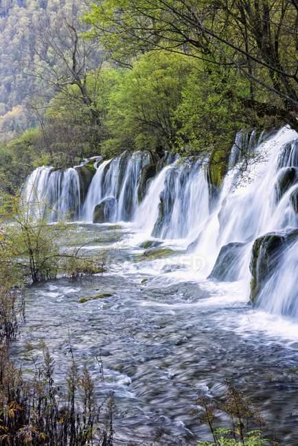 Стрелка бамбука озеро водопады, Национальный парк Цзючжайгоу, провинция Сычуань, Китай, Всемирного наследия ЮНЕСКО, Азия — стоковое фото
