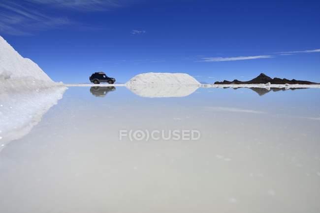 Fahrzeug im Salz Lack bei Salt mine auf Salzsee Salar de Uyuni, Uyuni, Potosi, Bolivien, Südamerika — Stockfoto