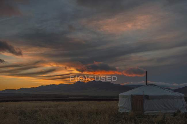 Nomad yurt under dramatic sunset in steppe of Mongolia, Asia — Stock Photo