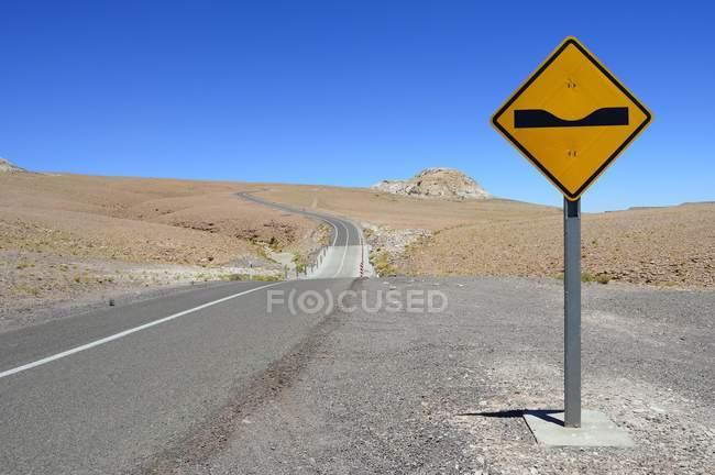 Segnale di pericolo alla strada nella regione di Antofagasta del Cile, Sud America — Foto stock