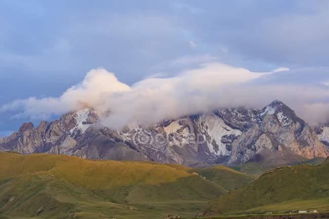 Gama de la montaña al atardecer en Kurumduk Valle, Kirguistán, Asia - foto de stock