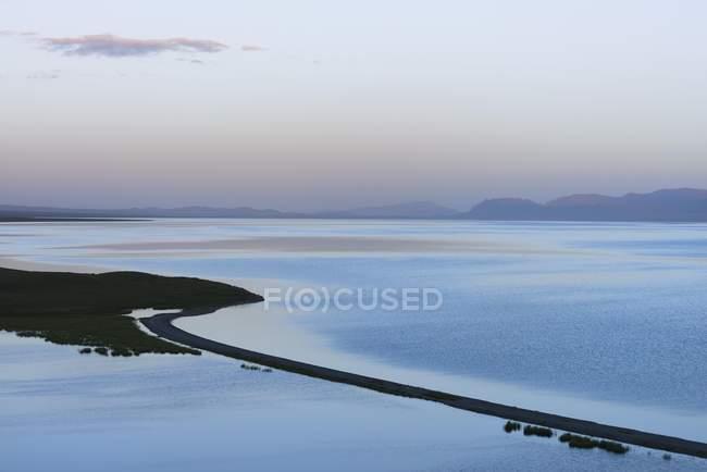 Paisaje de canción Kol lago en la provincia de Naryn, Kirguistán, Asia Central, Asia de noche - foto de stock
