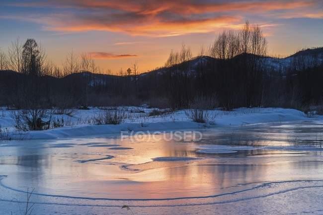 Helado paisaje con puesta de sol espectacular de Tuul río, Parque Nacional de Gorkhi-Terelj, Mongolia, Asia - foto de stock