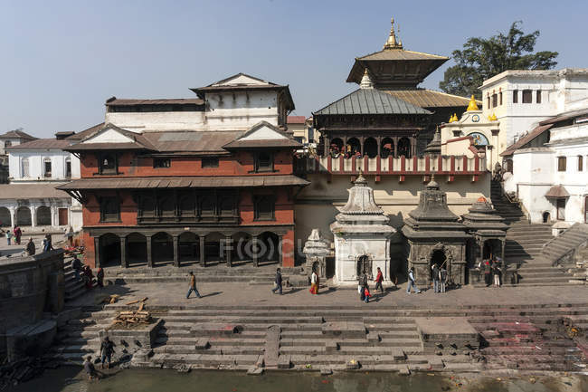 Touristes à pied au Temple de Pashupatinath à Katmandou, Népal, Asie — Photo de stock