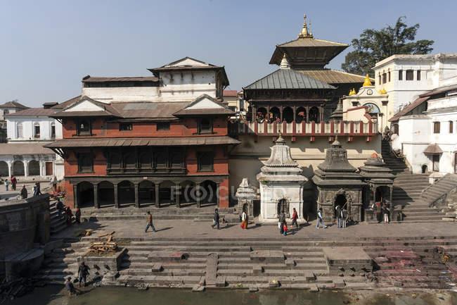 Touristen, die zu Fuß in Pashupatinath Tempel in Kathmandu, Nepal, Asien — Stockfoto