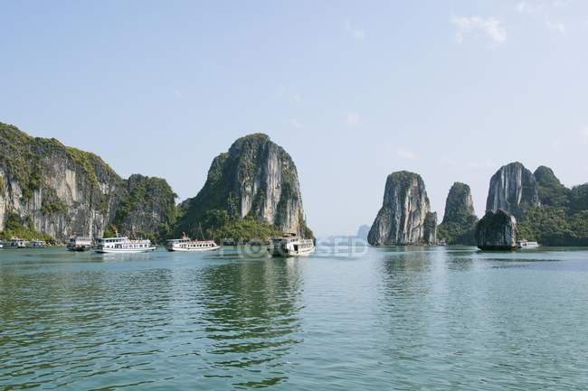 Туристичні катери між скель в затоку Халонг, Халонг, Тонкінська, В'єтнам, Азії — стокове фото