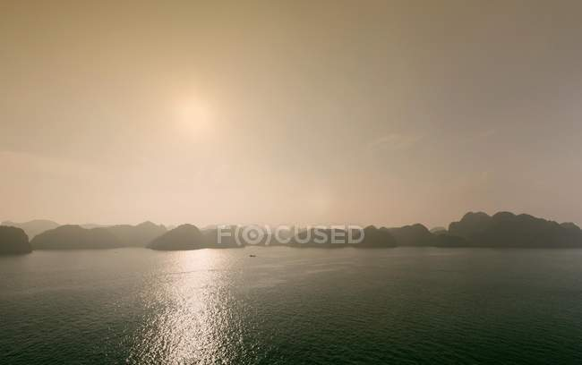 Карст утворення з вапняку на заході сонця, Lan Ha Bay, кота Ba острова, В'єтнам, Азії — стокове фото