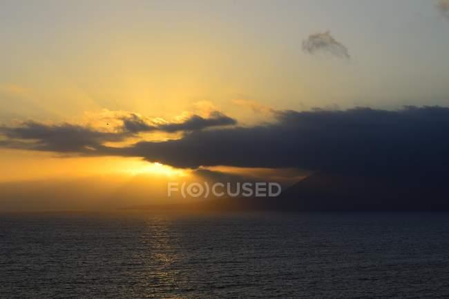 Tramonto sopra il mare con le nubi scure in Antofagasta region, Cile, Sud America — Foto stock