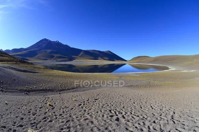 Laguna Miniques della riserva nazionale Los Flamencos nella regione di Antofagasta del Cile, Sud America — Foto stock