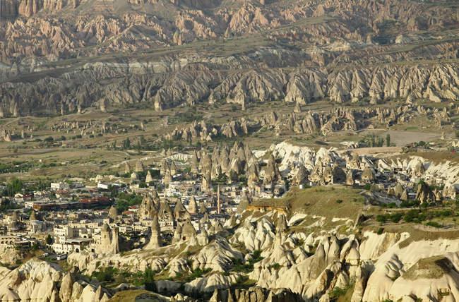 Stadtbild zwischen Kalktuff-Formationen Greme, Kappadokien, Anatolien, Türkei, Asien — Stockfoto