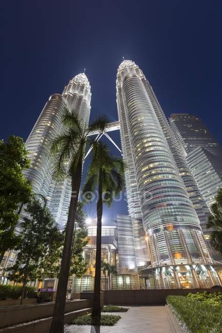 Torres Petronas al atardecer en Kuala Lumpur, Malasia, Asia - foto de stock
