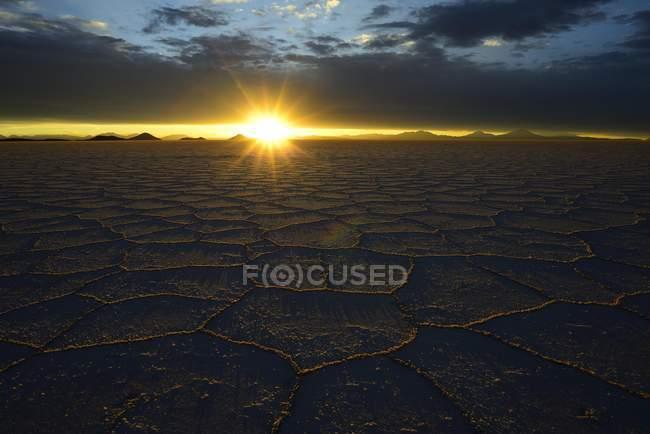 Waben Sie-Struktur auf Salzsee bei Sonnenuntergang mit Wolken, Salar de Uyuni, Uyuni, Potosi, Bolivien, Südamerika — Stockfoto