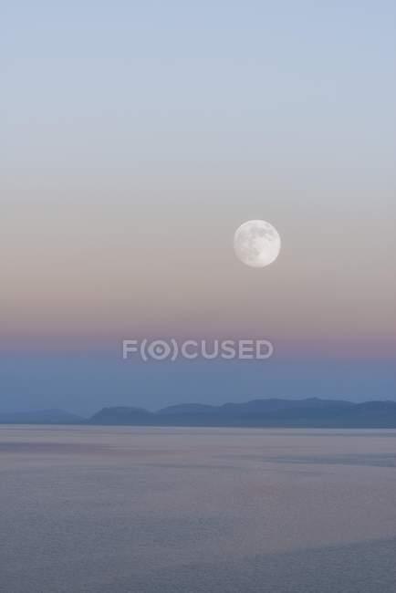 Levantamiento de la luna sobre el lago canción Kol en Naryn provincia, Kirguistán, Asia Central, Asia - foto de stock