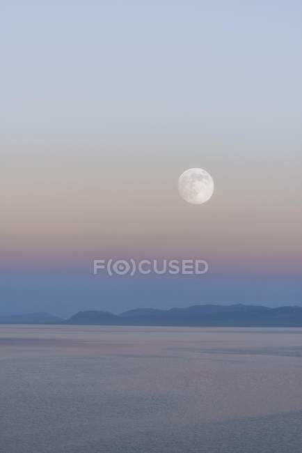 Moon rising over Song Kol lake in Naryn province, Kyrgyzstan, Central Asia, Asia — Stock Photo