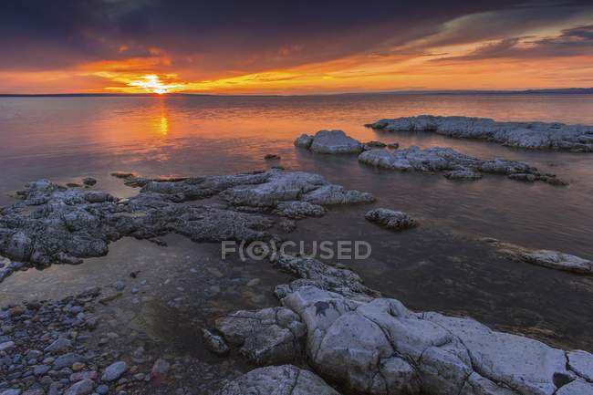 Sunset on Khyargas lake with rocky shore in Mongolia, Asia — Stock Photo