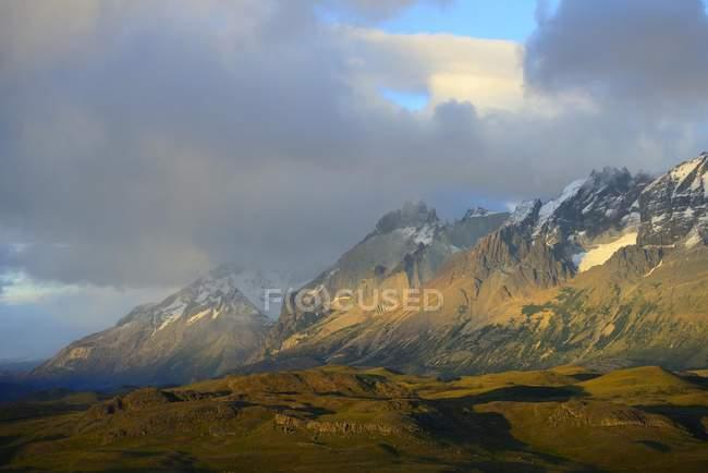 Almirante Nieto picco al sorgere del sole con nuvole nel Parco Nazionale Torres del Paine, Cile — Foto stock