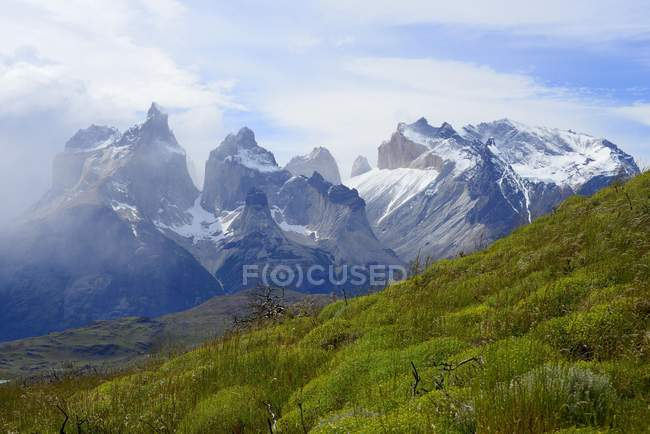 Cuernos del Paine mountain massif with clouds in Torres del Paine National Park, Chile — Foto stock