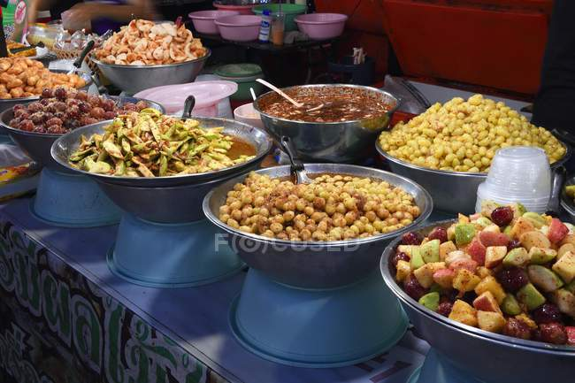 Food stand with typical dishes, Chillva Market, Phuket, Thailand, Asia — Stock Photo
