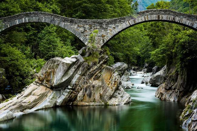 Verzasca river with arched bridge Ponte die Salti, Lavertezzo, Ticino, Switzerland, Europe — Stock Photo