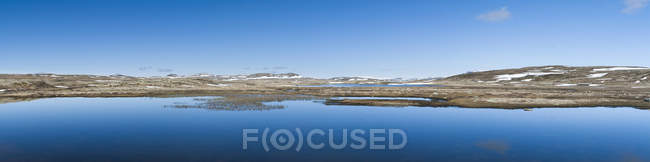 Lago Skiftes en Hardanger meseta de Hordaland, Noruega, Europa - foto de stock