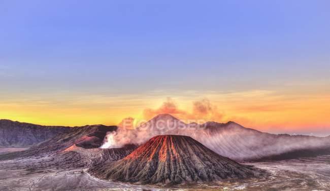 Lever du soleil sur le Mont Bromo, Parc National de Bromo Tengger Semeru, Java, en Indonésie, Asie de fumer — Photo de stock