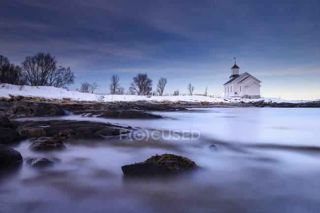 Iglesia Gimsoy tranquilo paisaje de Lofoten, Noruega, Europa - foto de stock