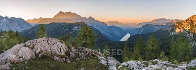 Panorama de la montaña sobre Konigsee en Parque Nacional de Berchtesgaden, Oberbayern, Baviera, Alemania, Europa - foto de stock