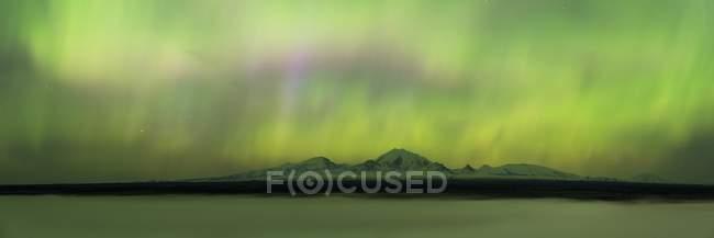 Polarlicht über neblig Copper River und Wrangell Mountains, Alaska — Stockfoto
