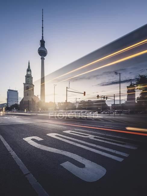 Torre de Tv de Berlín con rastros de luz en el amanecer, Alexanderplatz, Berlín, Alemania, Europa - foto de stock