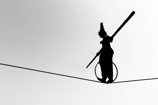 Silhouette of girl balancing on rope in Pushkar, Rajasthan, India, Asia — Stock Photo