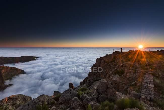 Nascer do sol sobre o mar de névoa com fotógrafo no pico da montanha, Pico de Arieiro, Funchal, Madeira — Fotografia de Stock