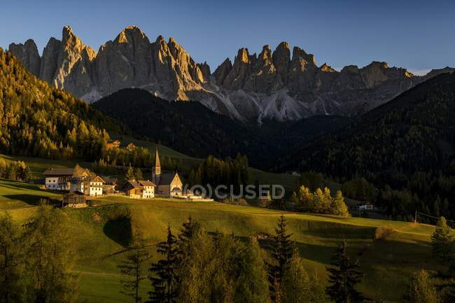 Peaks of Odle group with village Saint Magdalena in autumnal landscape, Villnosstal, South Tyrol, Italy, Europe — стоковое фото