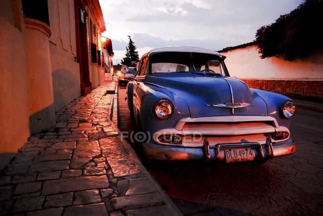 Blue vintage car at night in San Cristobal de las Casas, Mexico, North America. — Stock Photo