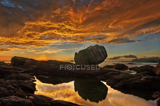 Sunset cloudscape over rocky coast of Wanli in Jilong, Taiwan, China, Asia — Stock Photo