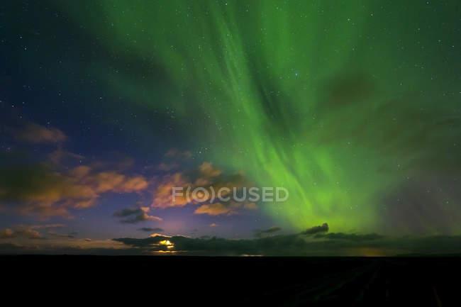 Luna y la Aurora Boreal en el cielo Telde, Reikiavik, Islandia, Europa - foto de stock