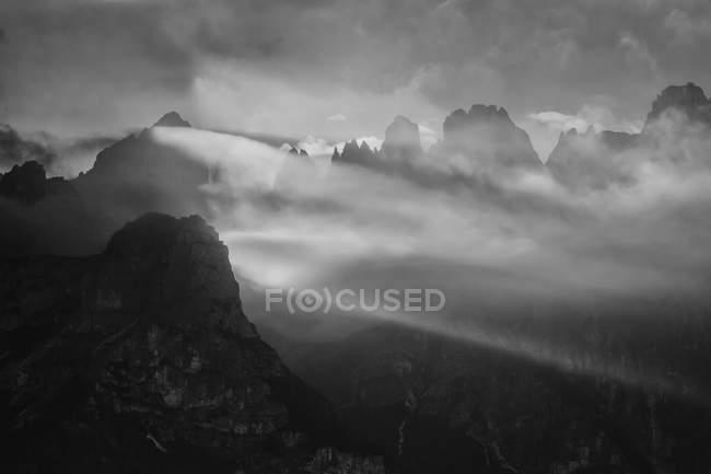 Доломиты Брента с туманом в закат, Альто Адидже, Италия, Европа — стоковое фото