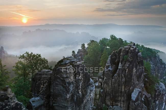 Nascer do sol com neblina Parque Nacional Suíça de Saxon, Saxônia, Alemanha, Europa — Fotografia de Stock