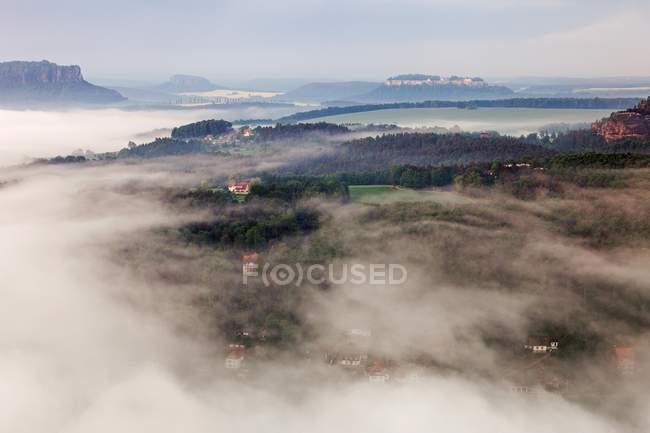 Vista de ángulo alto del Saxon Suiza Parque Nacional mañana niebla, Sajonia, Alemania, Europa - foto de stock